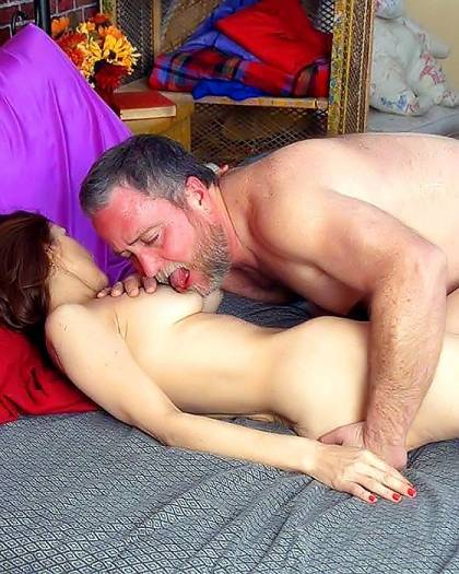 foto-seksualnih-starushek-drochat-chem-popalo