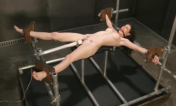 Эротика ванной фото и картинки бдсм распятых на кресте порно
