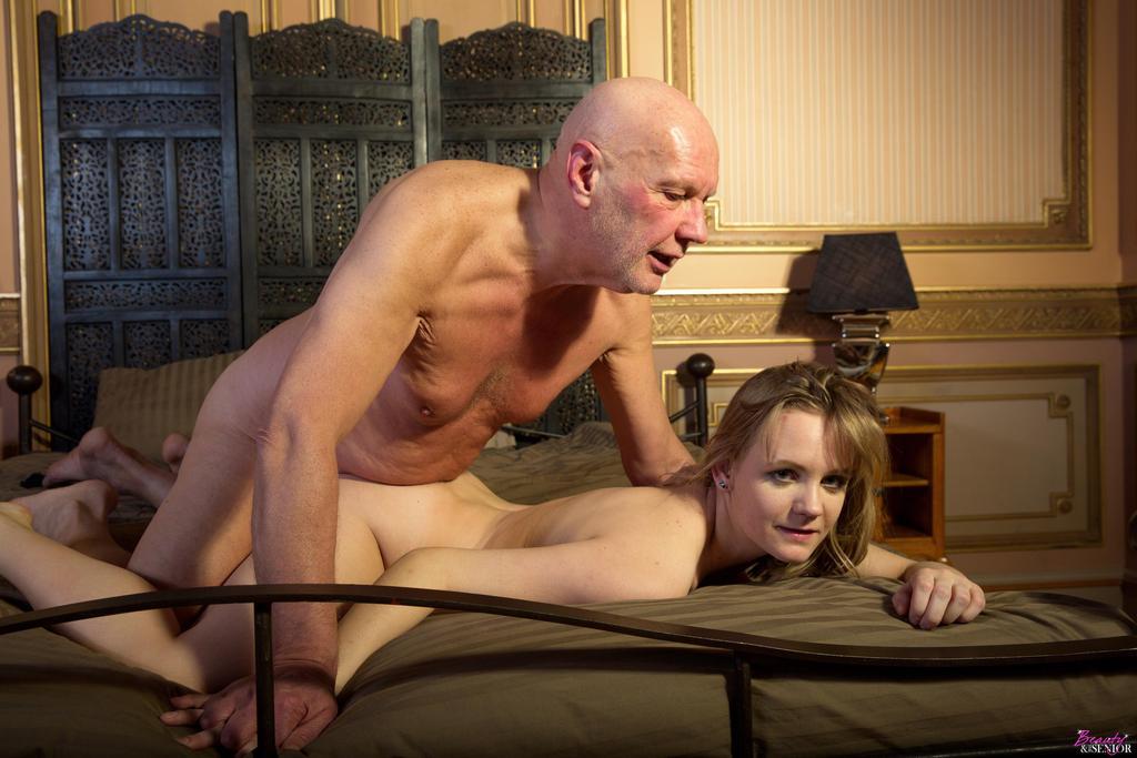 Порно видео старики трахают красоток